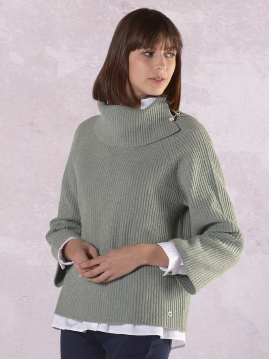Turtleneck sweater with pin