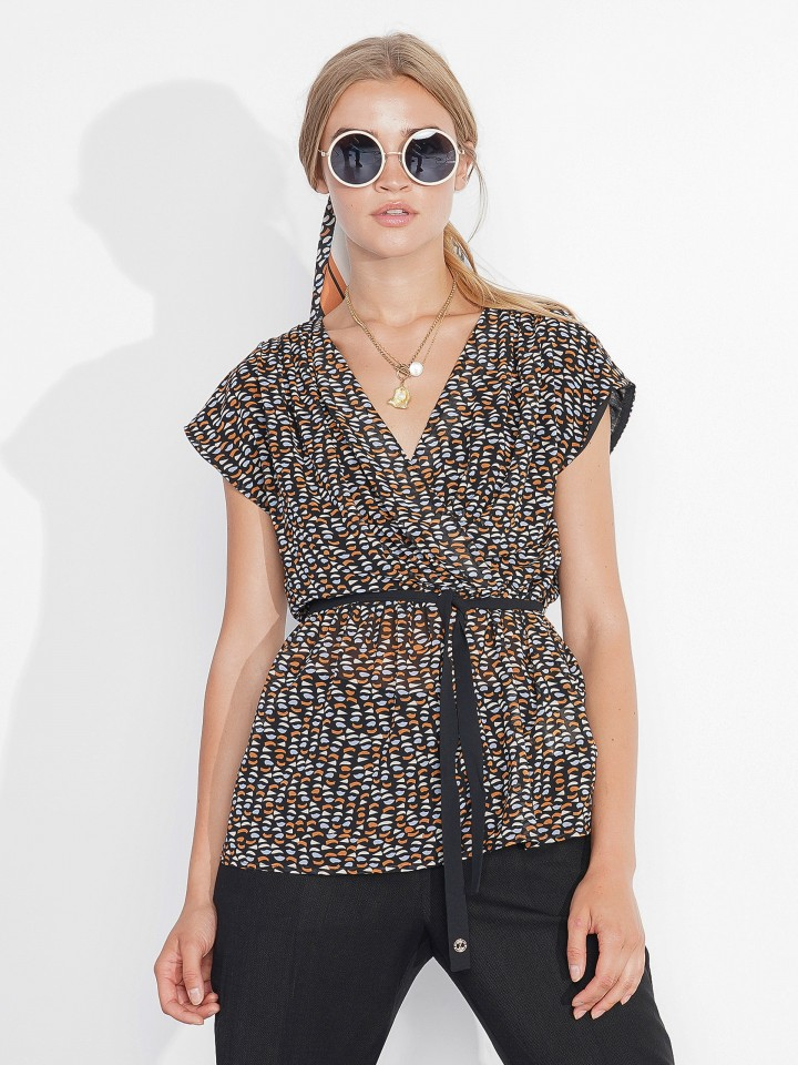 Sleeveless and patterned tunic
