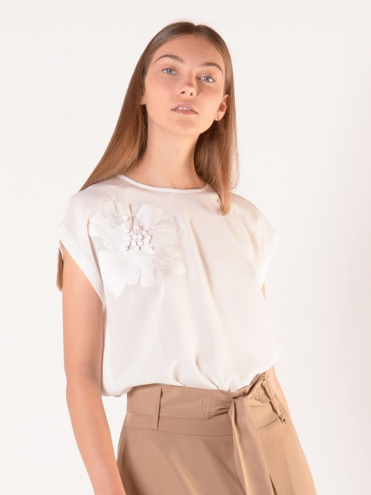 Short sleeve blouse with flower