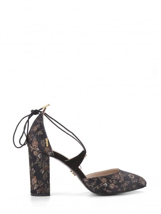 Sapato com motivos florais