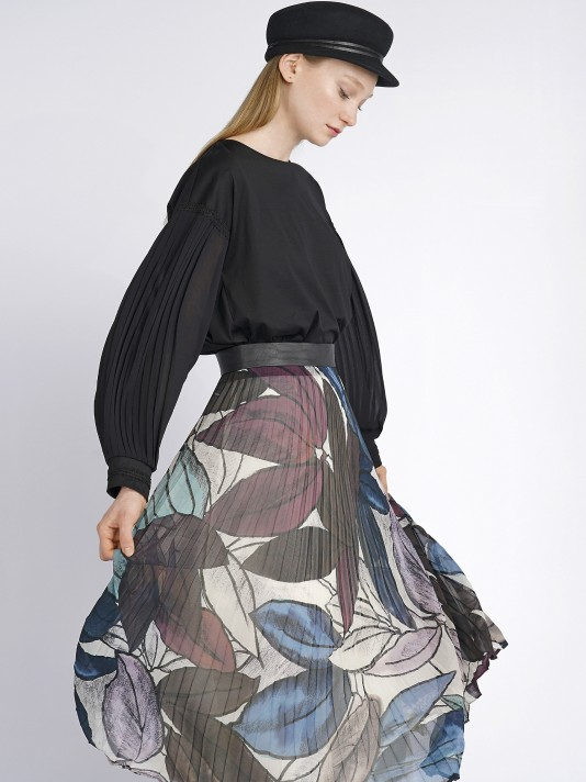 Pleated skirt with leaf