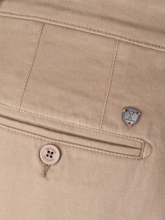 Calça chino regular fit em sarja