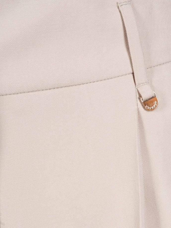 Pantalón chino con cinturón levantado