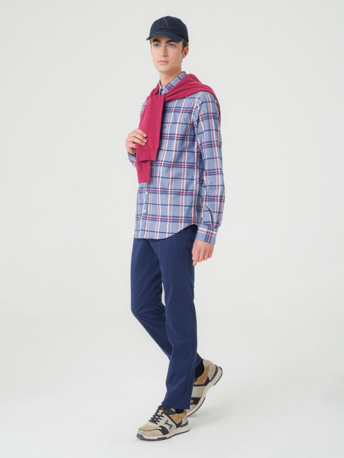 Calça chino slim fit em sarja