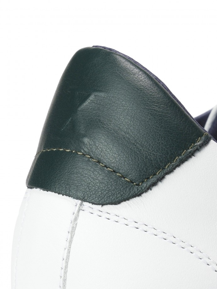 Sapatilhas em pele com detalhe verde em contraste
