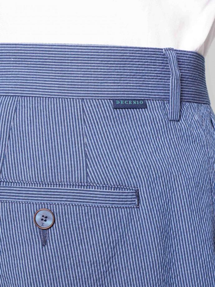 Calças chino com detalhe de prega