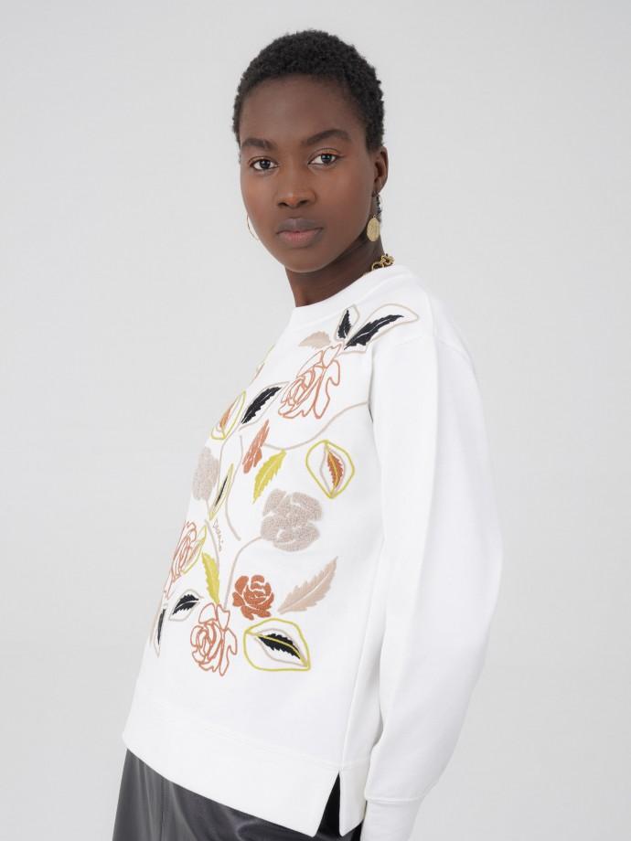 Sweatshirt bordada motivos florais