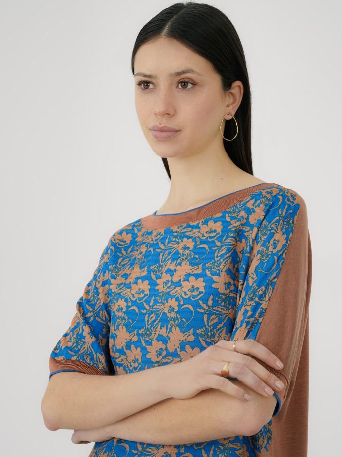 T-shirt combinada com estampado floral
