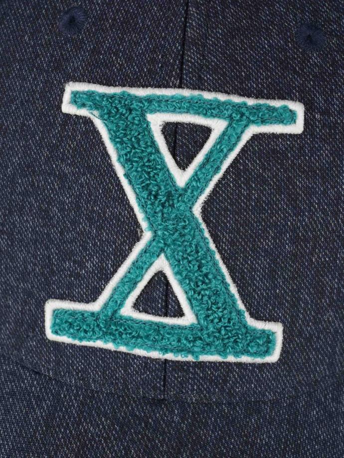 Boné denim com logotipo